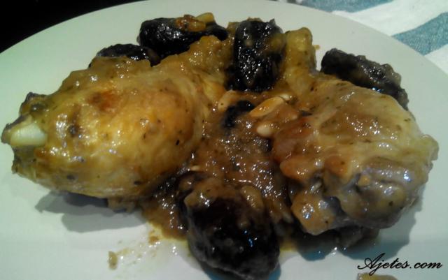 Receta de muslos de pollo con ciruelas y piñones